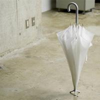 自立する傘
