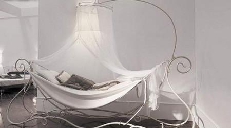 チャーミングな天蓋付ベッド