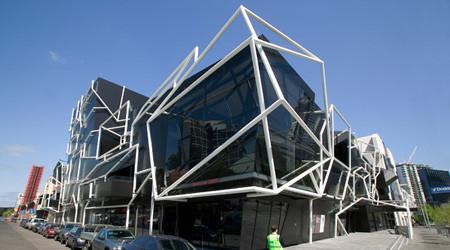 幾何学的なファサードのホール