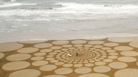 砂浜に現れた巨大な絵画