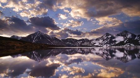 雄大な山脈の鏡面反射
