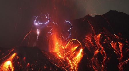 迫力ある火山の噴火写真