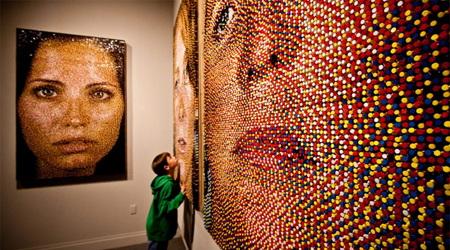 大量の色つき画鋲で描かれたポートレート