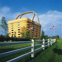 巨大なピクニックバスケットの建物が現れた