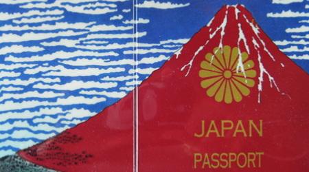 北斎の赤富士が現れるパスポートケース