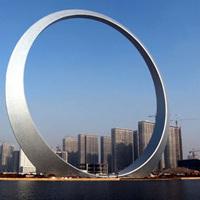 「えっ!巨大な指輪なの?」いいえ、高層ビルです