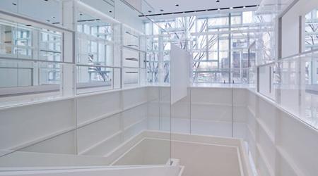 ファサードと商品棚が融合したCOACH表参道店