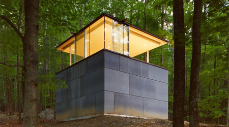 森に現れたガラスキューブの書斎