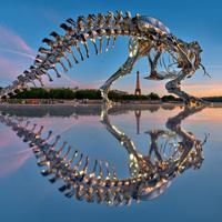 パリに出現したメタリックな恐竜