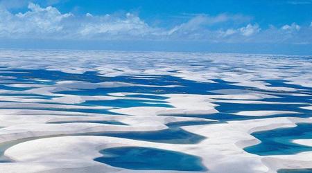 息をのむほど美しいエメラルドの湖と白い砂丘の対比