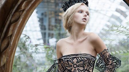 鏡に写り込んだ理想的なドレスやジュエリー