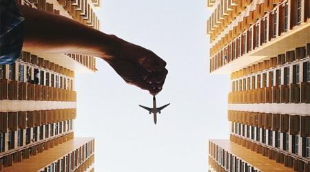 都市部を住宅密集地を飛び交うおもちゃの飛行機